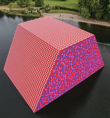Christo. La nuova opera con 7506 barili di petrolio dipinti