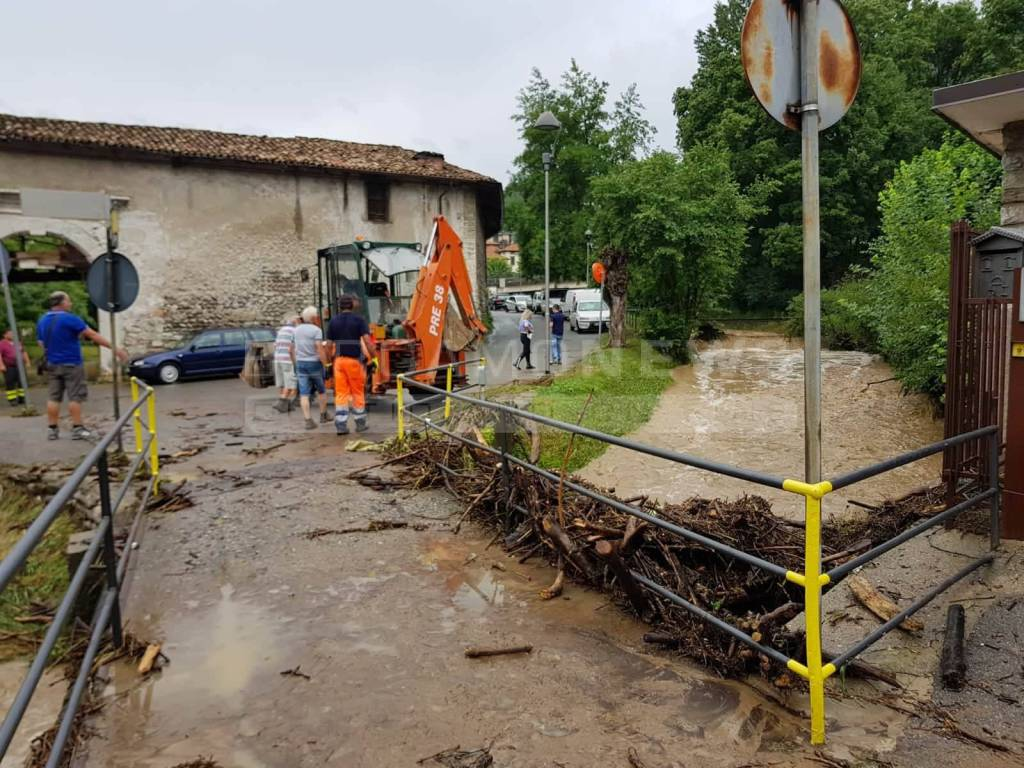 Ufficio Tecnico Pontirolo Nuovo : Nembro cascata di fango e detriti invade la strada bergamo news