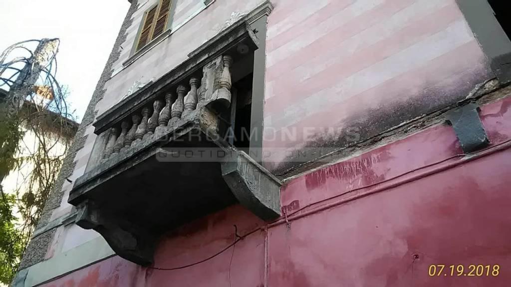 Crolla balcone a Leffe