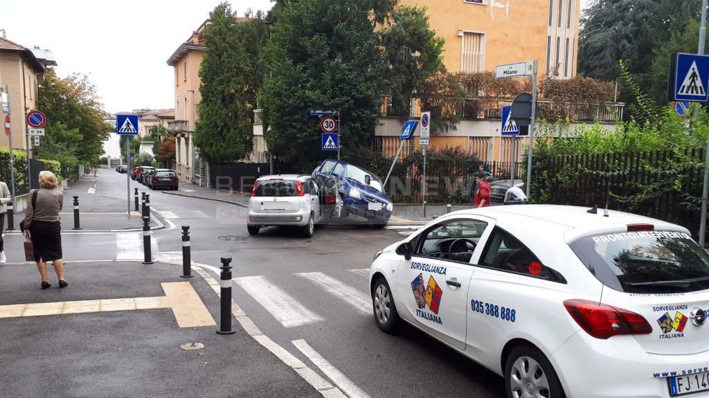 Scontro tra due auto in via Milano
