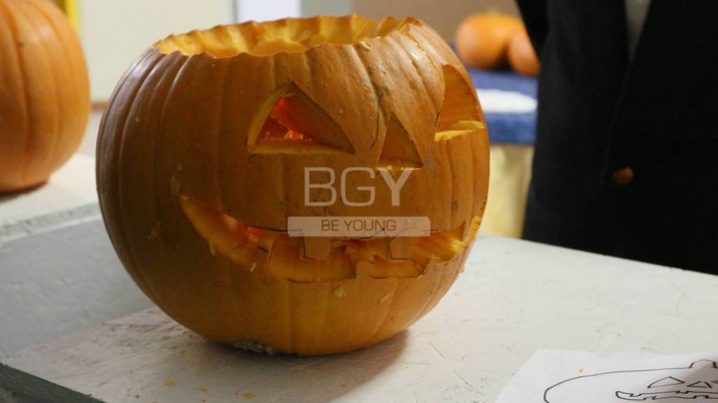 Come Fare Zucca Di Halloween Video.Zucca Di Halloween Fai Da Te Il Tutorial Degli Studenti Della