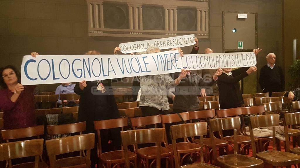 Protesta cittadini Colognola Consiglio Comunale Bergamo