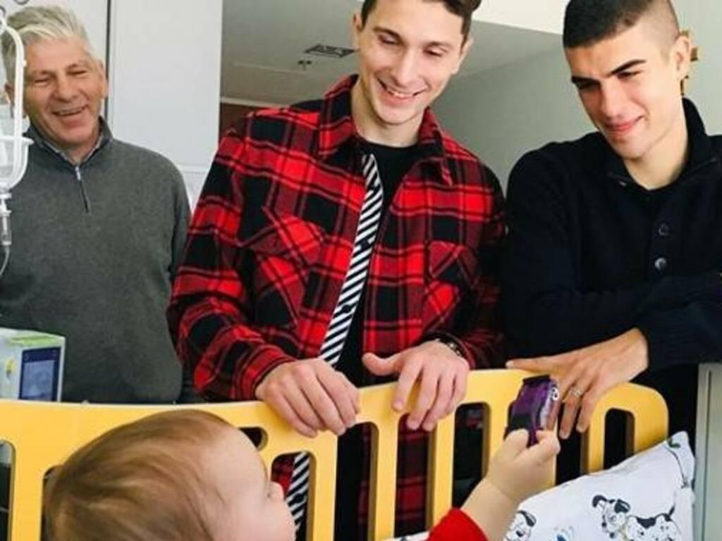 Mancini e Caldara portano doni ai bimbi ricoverati al Papa Giovanni