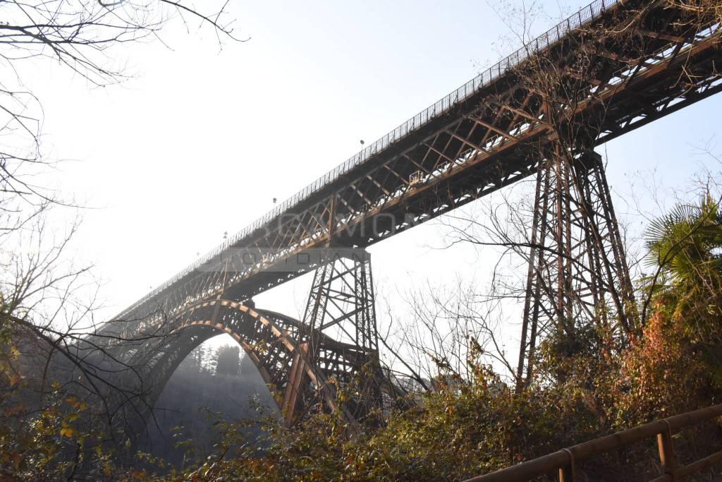 Ponte di Calusco, la manifestazione di cittadini e istituzioni