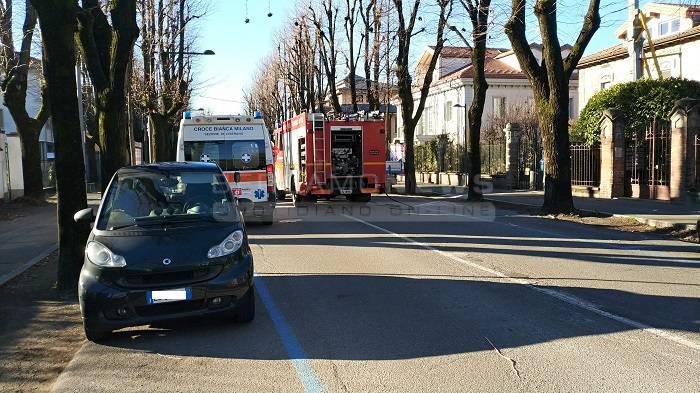 Sbanda e si ribalta in mezzo alla strada: 79enne ferita a Treviglio
