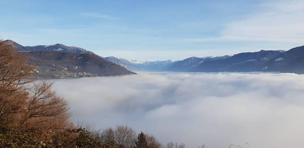 scorsi della bergamasca nella nebbia