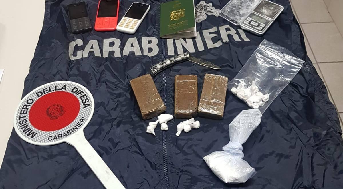 Spacciava droga in compagnia della moglie e del figlio di pochi mesi: arrestato