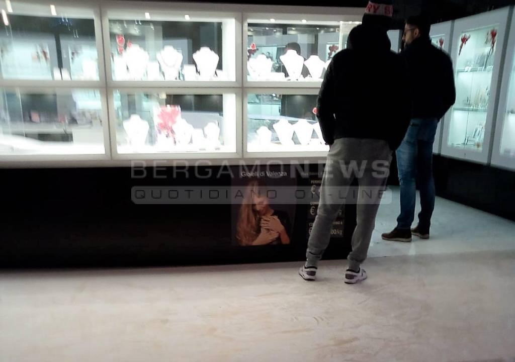 Brescia, rapina al centro commerciale con fumogeni: fuga in Bmw verso la Bergamasca