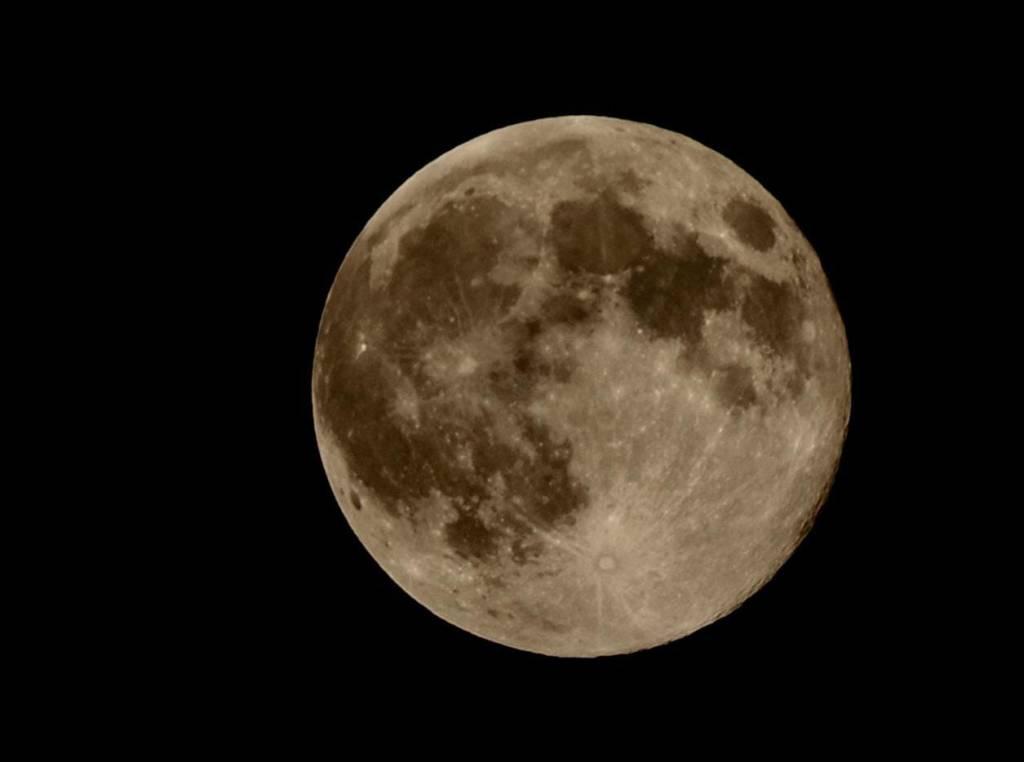 La Superluna torna a dar spettacolo e dà il benvenuto alla primavera