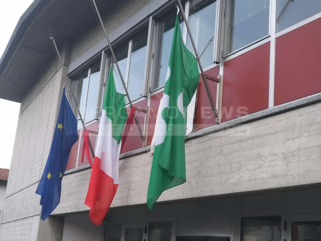 Omicidio di Curno, bandiere a mezz'asta
