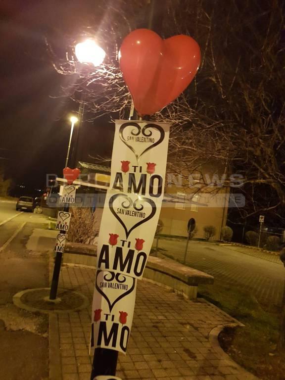 Palloncini rossi e cartelli romantici a Briolo