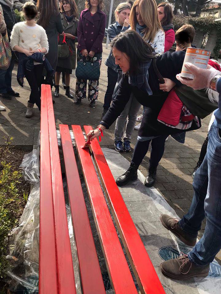 Una panchina rossa le donne vittime di violenze