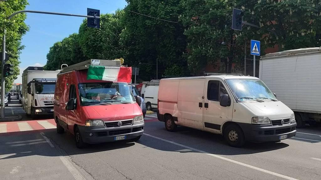 Ambulanti in corteo nel centro di Bergamo