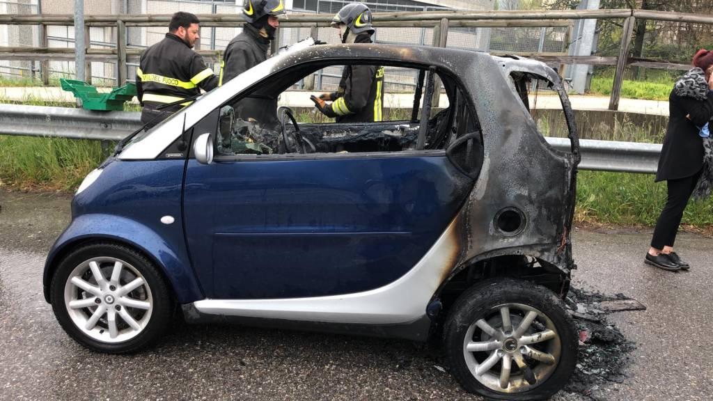 Auto in fiamme a Nembro