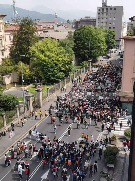 fridays for future a Bergamo - foto dall'alto