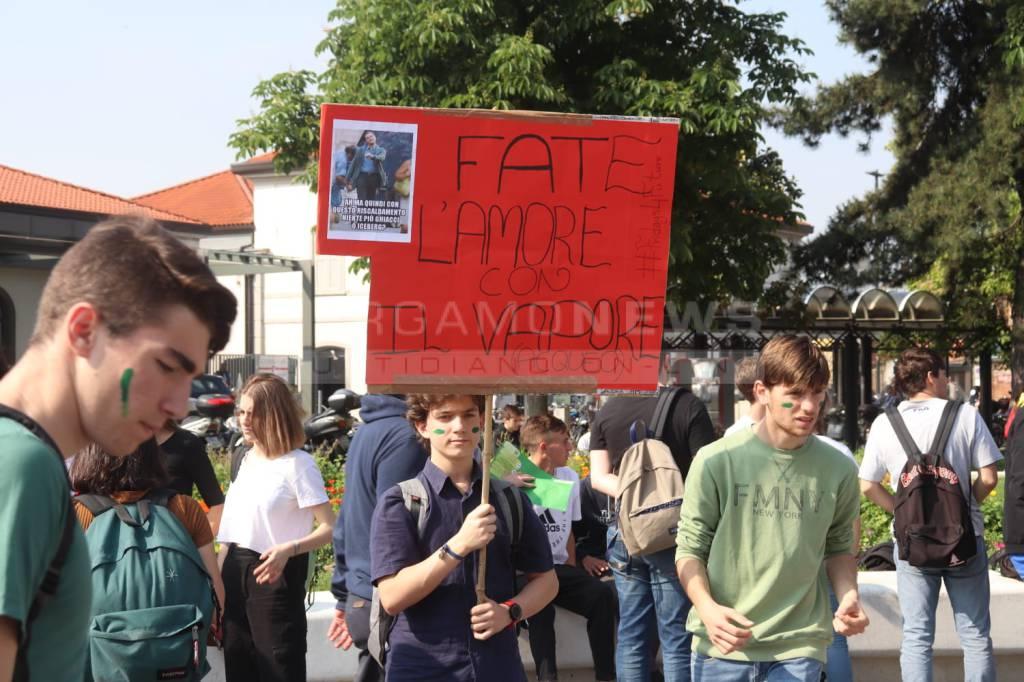 I giovani di nuovo in piazza per il clima