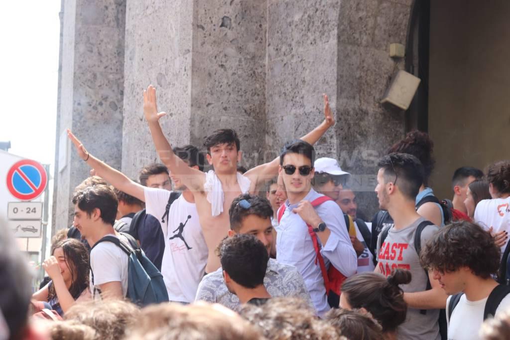 Gli studenti del Liceo Lussana festeggiano l'ultimo giorno di scuola