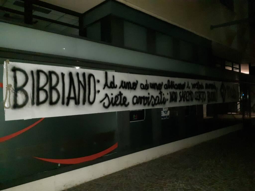 Cappio e scritte intimidatorie alla sede del Pd di Bergamo