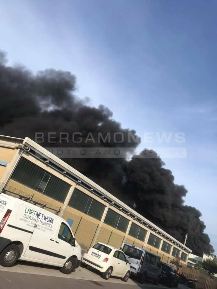 Nuvola di fumo dopo l'esplosione in fonderia
