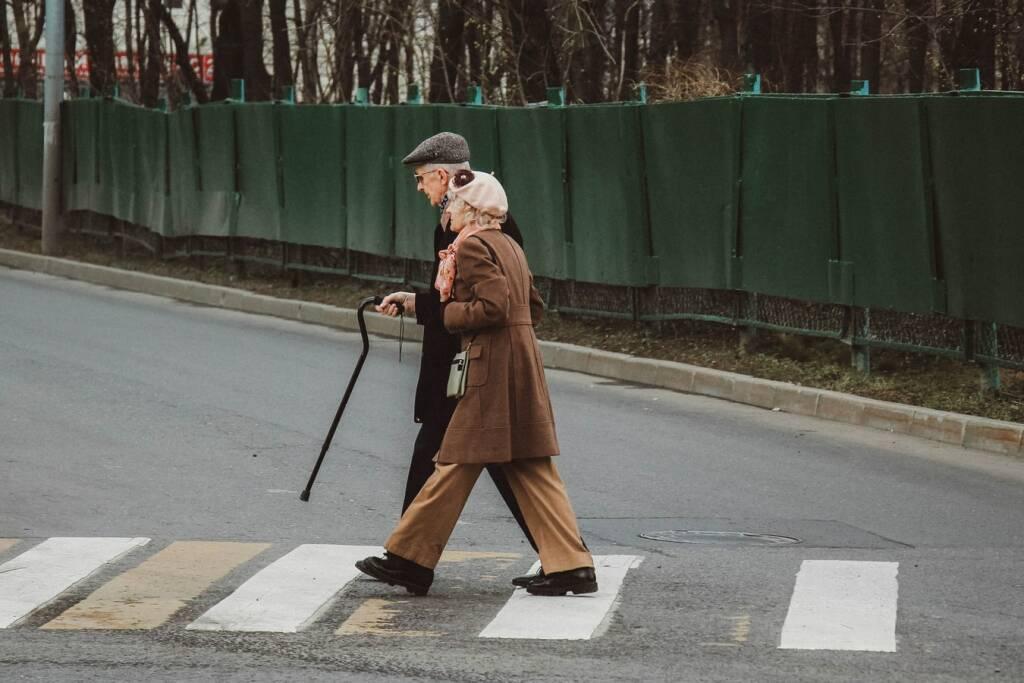 anziani  (foto Ignat Kushanrev da Unsplash)
