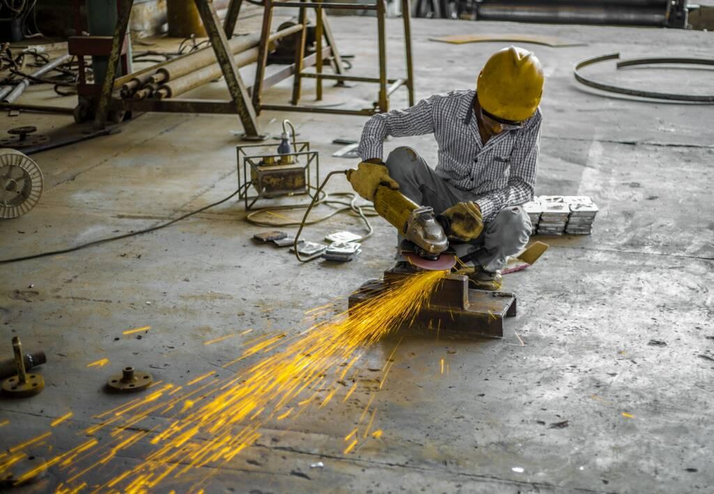 industria produzione manifatturiero ok (foto Ahsan S. by Unsplash)