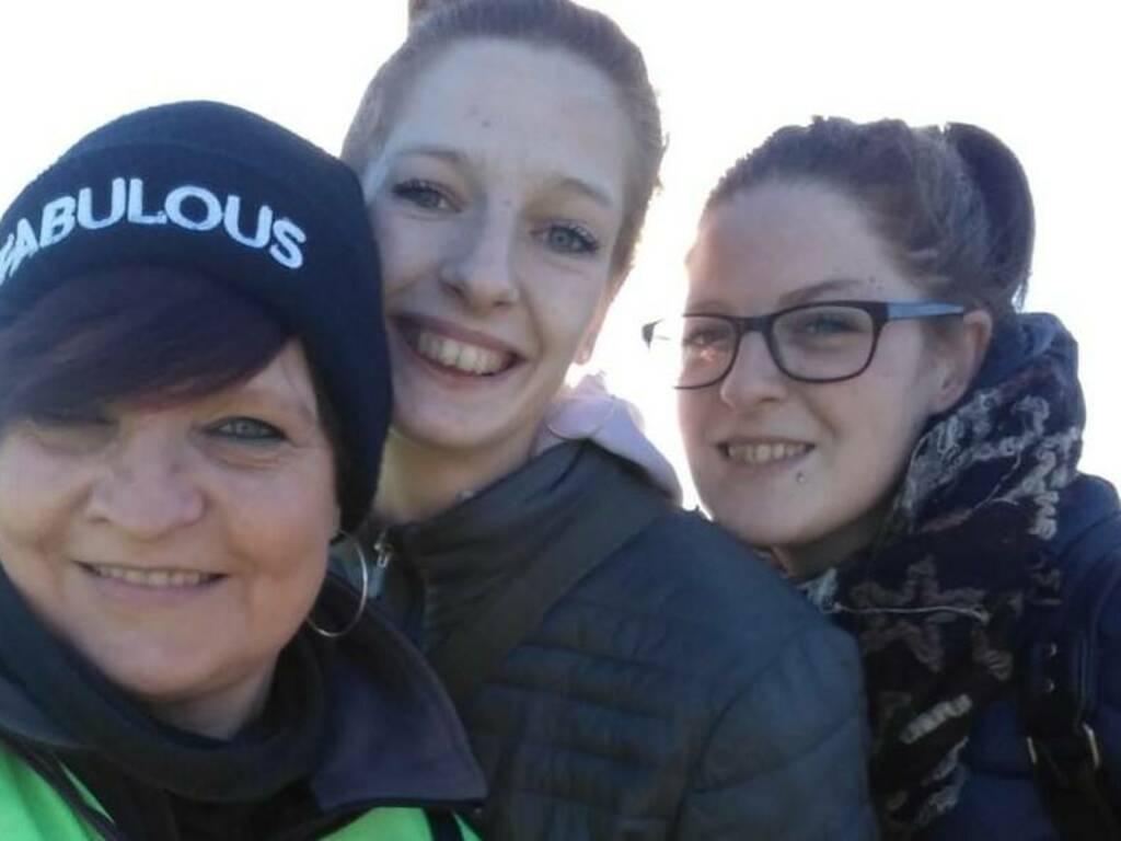 Giusy Elettuari, con le figlie Deborha e Marisa (Foto Fb)
