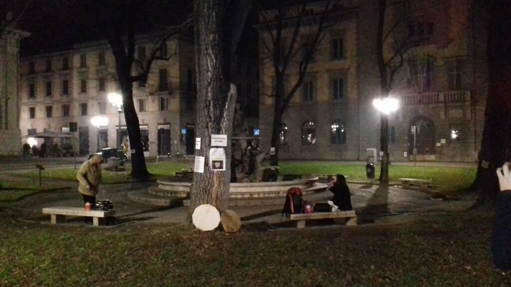I tamburi di Cascina Gervasoni in Piazza Dante contro l'abbattimento degli alberi