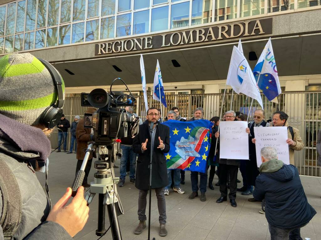 Protesta contro Trenord davanti al Pirellone di Milano