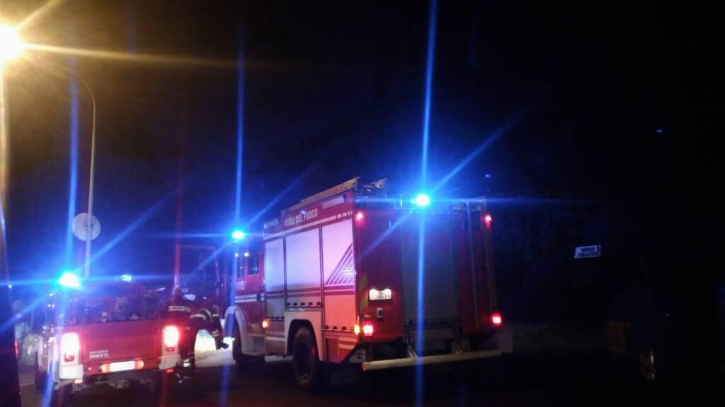 Clusone, la pioggia non ferma l'incendio all'ex collina San Giorgio