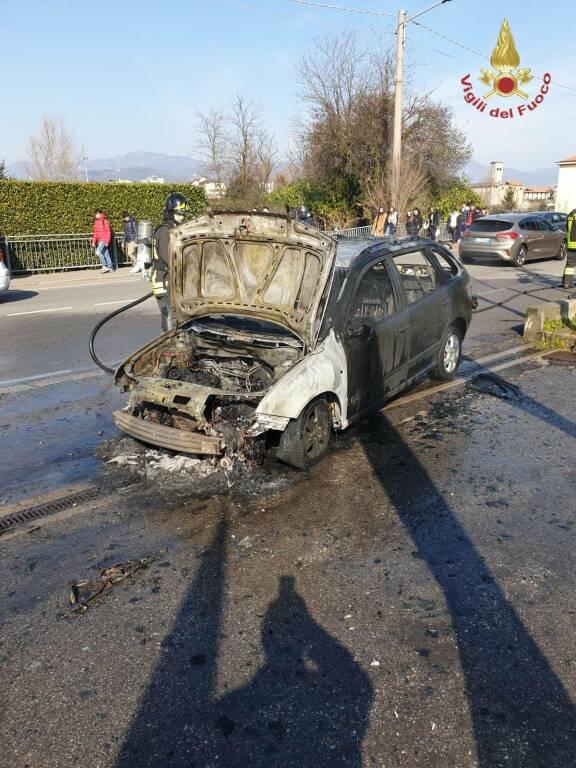 Auto in fiamme in via Gavazzeni