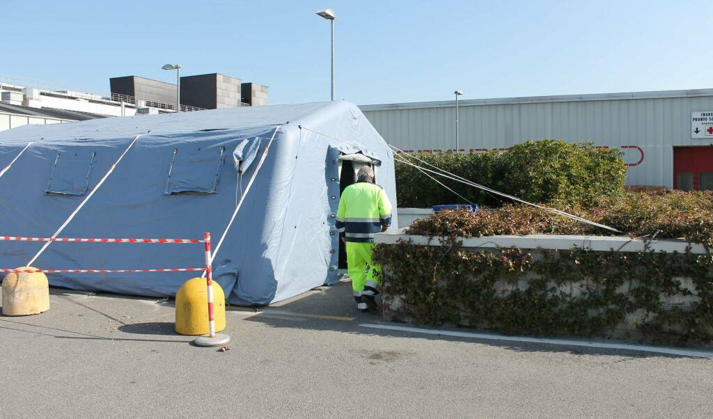 Tenda pre-triage davanti all'ospedale
