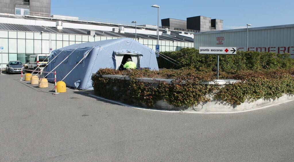 Tenda pre-triage davanti all'ospedale