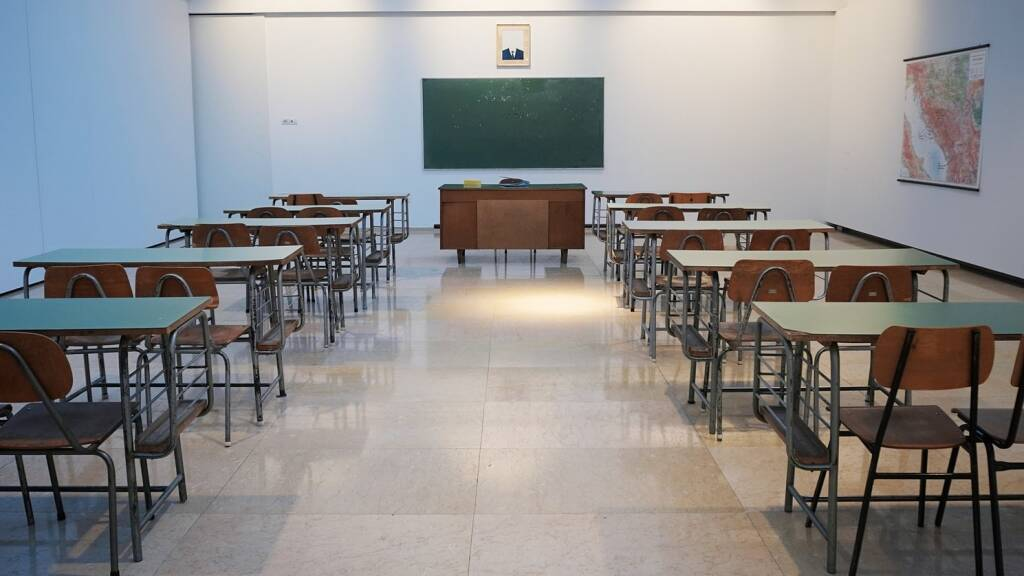 aula vuota classe (foto Ivan Aleksic da Unsplash)