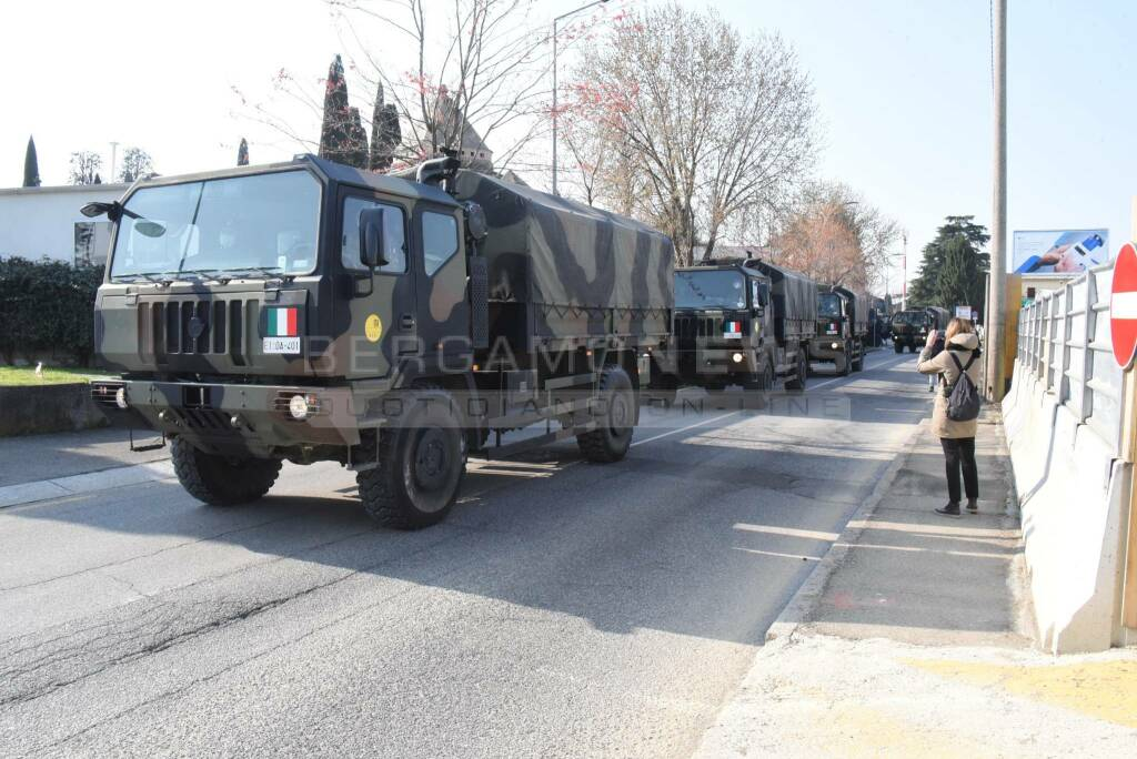 Coronavirus, l'esercito a Bergamo per le bare