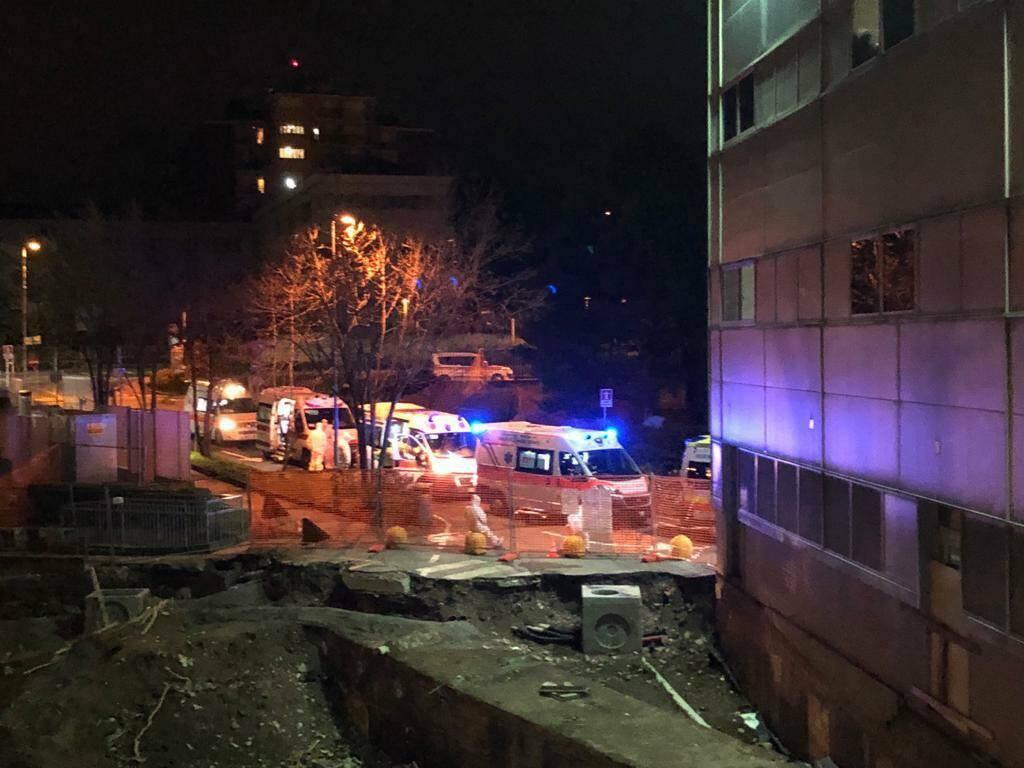 Le ambulanze in fila fuori dall'ospedale di Seriate