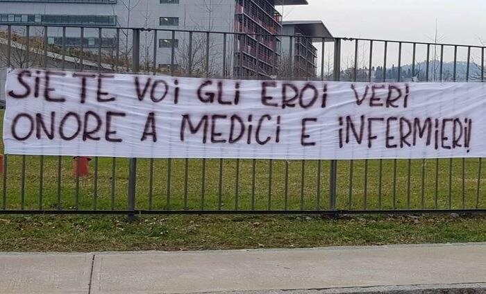 Lo striscione per i medici e gli infermieri fuori dall'ospedale Papa Giovanni