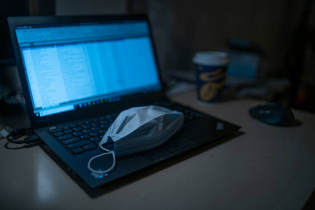 mascherina pc computer coronavirus (foto Dimitri Karastelev by Unsplash)