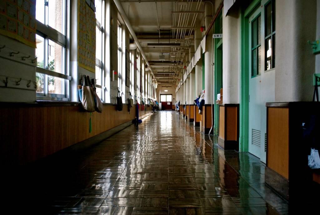 scuola vuota (foto Kyo Azuma da Unsplash)