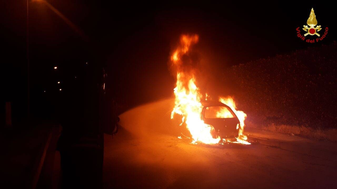 auto in fiamme albino