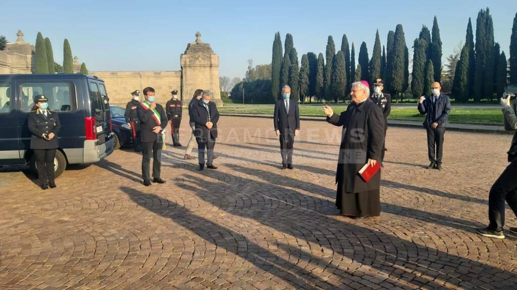 Bergamo, il ritorno delle urne al cimitero