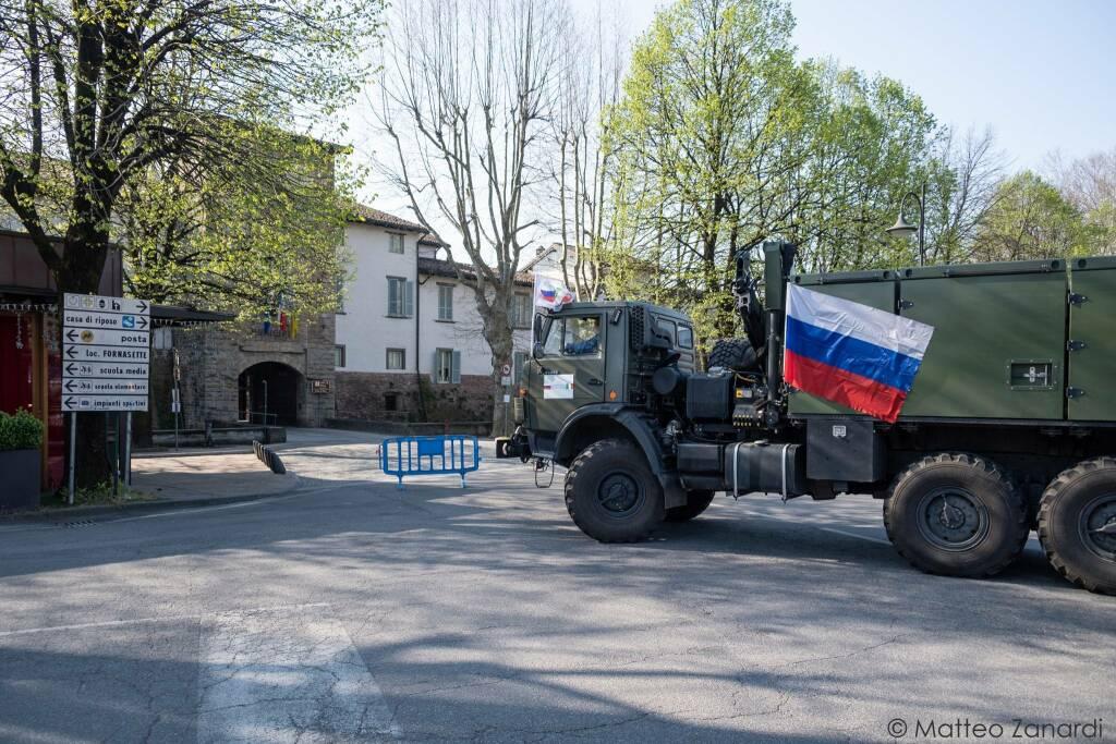 Militari italiani e russi sanificano l'Rsa di Cologno al Serio