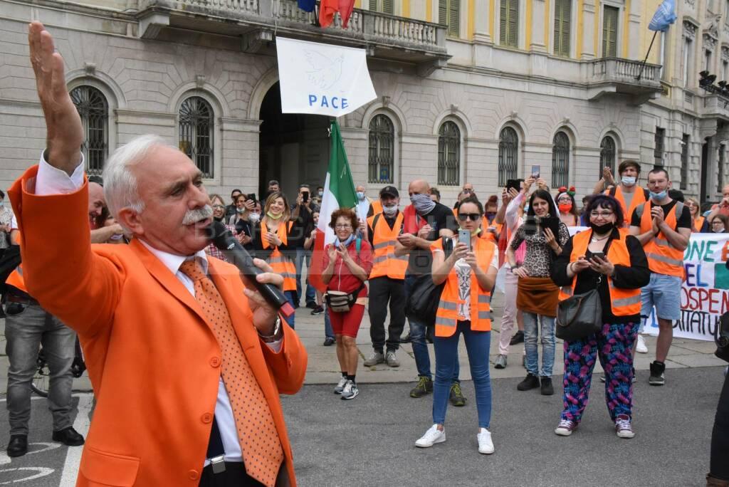gilet arancioni davanti a palazzo frizzoni