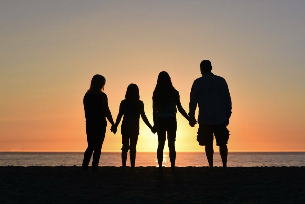 famiglia Photo by Jude Beck on Unsplash