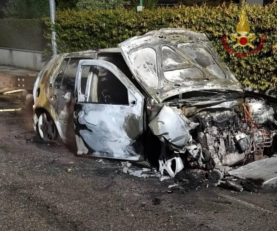 Incendio auto romano