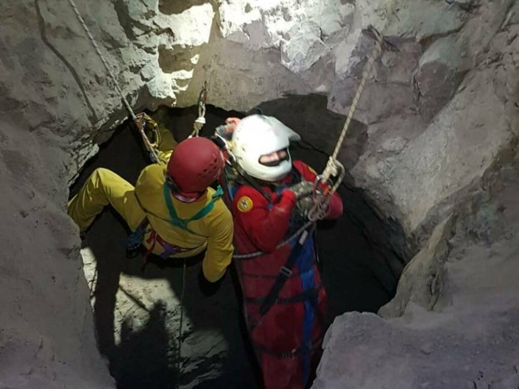 Dossena, soccorso in grotta