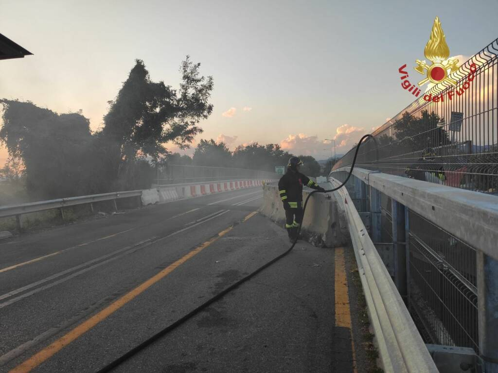 bancali in fiamme all'a4