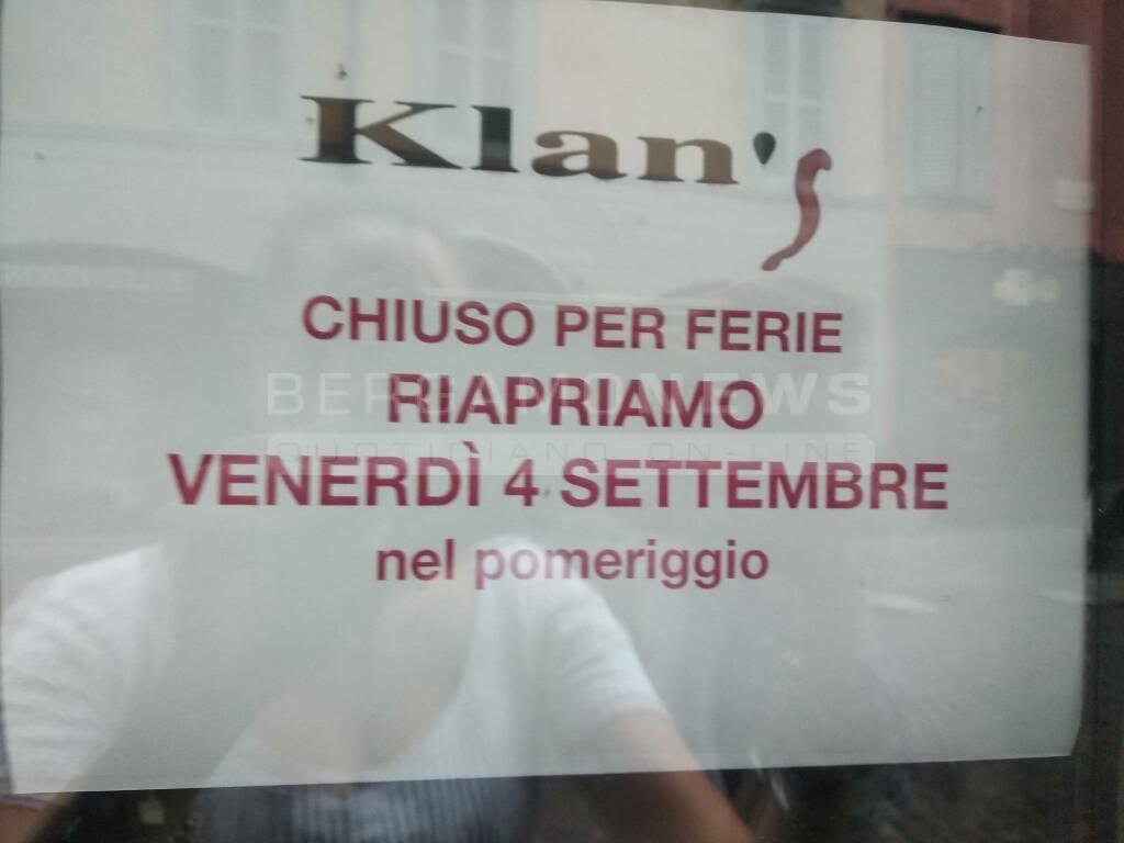 Bergamo, centro città pieno, ma serrande chiuse