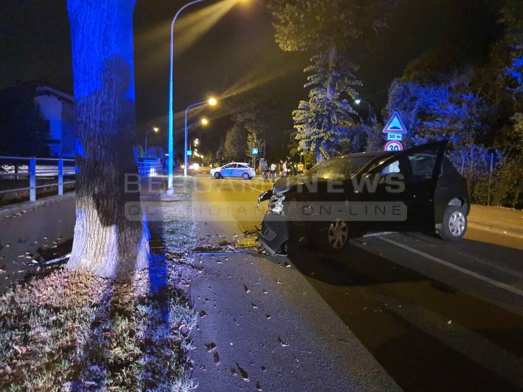 Dalmine, auto contro un albero