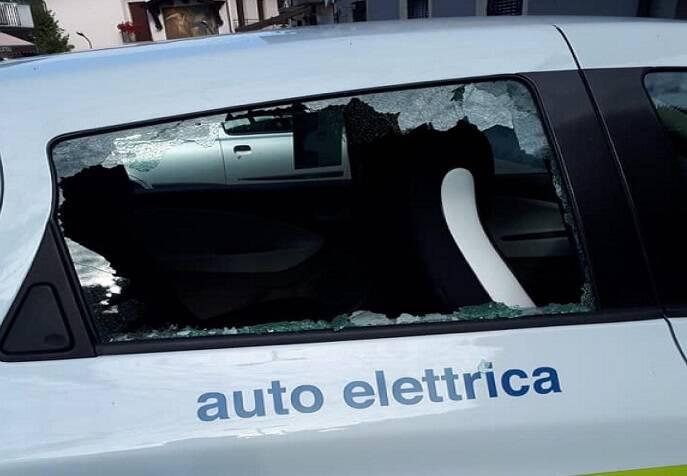 Auto elettrica danneggiata a Dossena