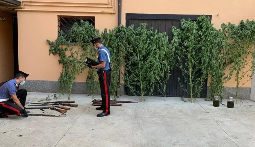 Litiga col vicino e arrivano i carabinieri: in casa trovano armi e droga